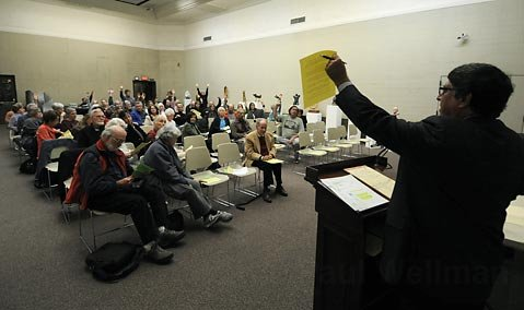 Bob Ornstein takes an informal poll of the crowd on issues relating to the Santa Barbara Botanic Gardens