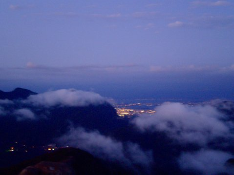 From the peak of Pedra de Gvea it was possible to see the Northern Zone of the city. Gunshots resonated from this area through the sunset on Saturday the 27th.