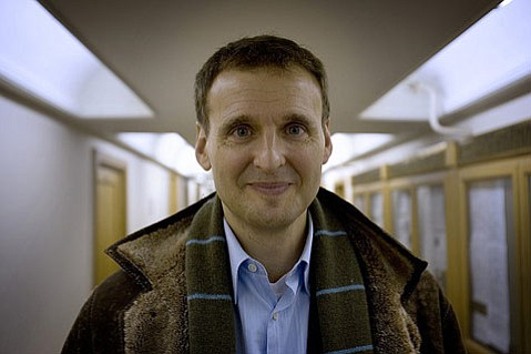 <strong>FROM RUSSIA, WITH LOVE:</strong>  Everybody Loves Raymond creator Phil Rosenthal traces the challenges of adapting his show for a Russian audience in his doc, <em>Exporting Raymond.</em>