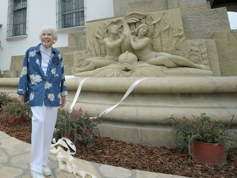 Docent Peggy Hayes unveils the new courthouse fountain sculpture (July 29, 2011)