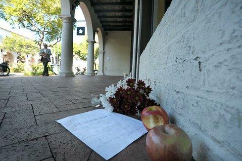 Steve Jobs memorial in front of Santa Barbara Apple Store