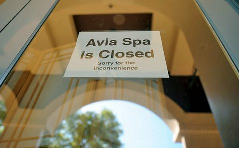 A closed sign in the door of Avia Spa at 350 Chapala Street (Aug. 14, 2012)