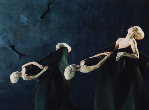 In Shen Wei's painterly masterpiece <em>Folding</em>, the dancers seemed to conduct an arcane ritual.