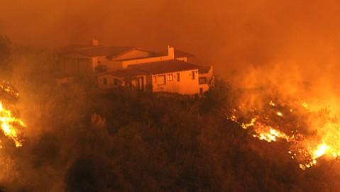 The Tea Fire creeps toward a Santa Barbara home in 2008.