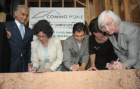 "Hoping to end the homeless era:  Philip Mangano, Santa Barbara City Councilmembers Helene Schneider and Das Williams, Second District County Supervisor Janet Wolf, and Santa Barbara City Mayor Marty Blum sign a resolution embracing the principle of ""a home for every American."""