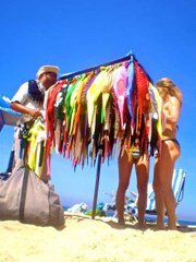 A vendedor of bikinis catches the attention of a large family of Paulista tourists, and proceeds to sell 5 bikinis.