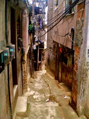 But for the head of a curious woman, a normally busy beco (alleyway) in Rocinha is abandoned. This weekend sees community members preventatively stowing themselves away, safe inside their homes.