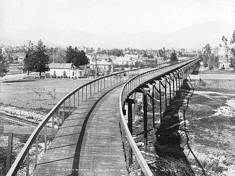 The California Cycleway ran through Pasadena along present-day Edmondson Alley in 1900. Fair Oaks Avenue is to the left.