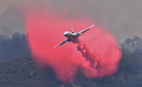 A DC-10 drops Phos-Chek on the eastern flank of Alamo Fire.